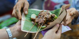 04-Indonesia-Do-and-Dont-Try-the-food